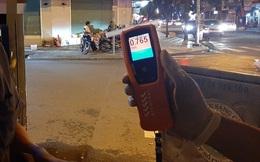 """Xin xỏ CSGT không thành, tài xế """"cù nhây"""" bỏ xe máy, không chịu ký biên bản khi đo độ cồn ở Sài Gòn"""