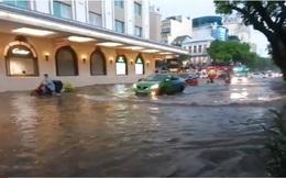 Video: Mưa lớn vào giờ tan tầm, người dân Hà Nội bì bõm trong nước ngập