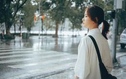 Cô gái bất ngờ được chú ý sau loạt ảnh chụp lén của chàng thiếu uý công an khi đang trú mưa