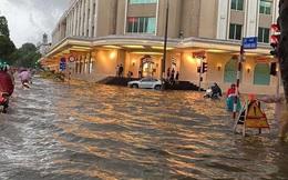 Clip: Mưa lớn vào giờ tan tầm, nhiều tuyến phố Hà Nội ngập úng, người dân chật vật trở về nhà