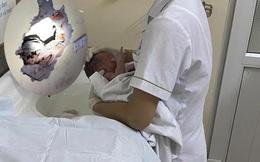 Tình trạng sức khoẻ của bé trai sơ sinh bị bỏ rơi ở khe tường còn nguyên dây rốn