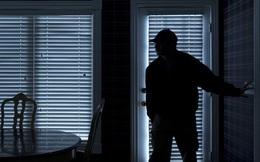 Yêu thầm nữ đồng nghiệp, thanh niên đánh trộm chìa khóa, nửa đêm lẻn vào ngắm bạn gái ngủ