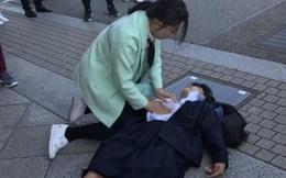 Nữ sinh ngất xỉu được đưa đi cấp cứu, đến nửa đường thì đột ngột chuyển hướng đến nhà tang lễ, sau khi biết nguyên nhân người mẹ phẫn nộ
