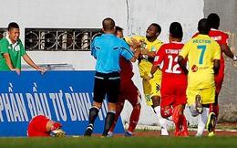 """Màn """"đấm bốc"""" rợn người ở V.League 2014: Cầu thủ đấm thẳng mặt nhau, trọng tài cũng dính đòn"""