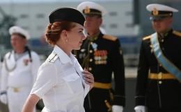 7 ngày qua ảnh: Nữ thủy thủ diễu hành trong ngày Hải quân Nga