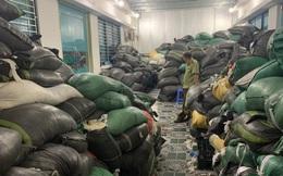 Phát hiện 9,5 tấn găng tay cao su đã qua sử dụng, đang chờ tái chế ở Hà Nội