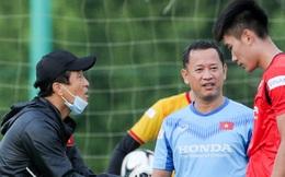 Tuyển thủ U22 Việt Nam cúi gằm mặt, không dám nhìn trợ lý của thầy Park sau khi liên tục xử lý sai
