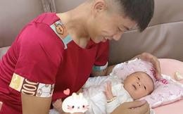 Phì cười với Phan Văn Đức: Vừa về đến nhà, vội đến nỗi mặc luôn áo của mẹ để chơi với con gái