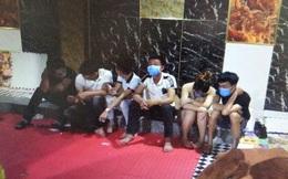 14 nam nữ làm gì trong căn phòng khóa trái cửa ở tầng hầm quán karaoke?