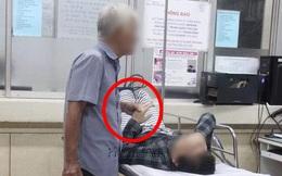 Ông cụ vừa nắm tay vừa cầm dép của vợ, câu chuyện đằng sau bức hình hai vợ chồng già gây xúc động