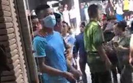 Nghi phạm liên quan tới vụ trộm 350 cây vàng tại Hà Nội được áp giải tới hiện trường