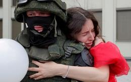 7 ngày qua ảnh: Cô gái ôm cảnh sát chống bạo động giữa cuộc biểu tình ở Belarus