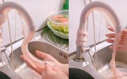 Đoạn video clip cô gái bày mẹo xỏ ruột heo vào vòi nước rồi xả nước để rửa sạch gây tranh cãi