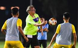 """Vì sao """"Phù thuỷ trắng"""" lùa U19 Việt Nam ra sân tập tới nửa đêm?"""