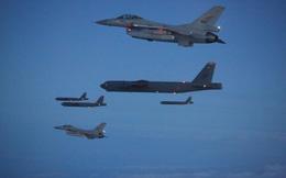 """Mỹ đồng loạt tung B-52 mang bom hạt nhân """"uy hiếp"""" Nga: Đòn phủ đầu mang thông điệp gì?"""