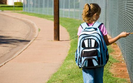 Bận đưa con trai út đến lớp mẫu giáo, mẹ để con gái đi bộ đến trường rồi hối hận suốt đời