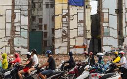 24h qua ảnh: Mọi người đi qua các ngôi nhà đang giải tỏa ở Hà Nội