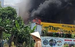Nhà hàng tiệc cưới ngoài trời ở Sài Gòn bốc cháy ngùn ngụt giữa trưa