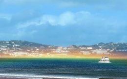 Cầu vồng phẳng hiếm có xuất hiện ngang mặt biển