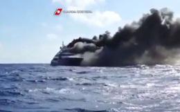 Xem siêu du thuyền Italy rực lửa chìm xuống đáy biển