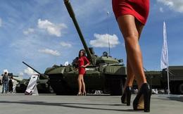 7 ngày qua ảnh: Người mẫu khoe dáng cạnh xe tăng tại triển lãm quân sự Nga