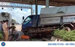 Xe tải tông trạm thu phí ở Bình Phước nhiều người thoát chết