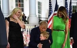 """""""Hoàng tử Nhà Trắng"""" xuất hiện nổi bật, điển trai nhưng lần này bị cháu trai 4 tuổi tranh chiếm spotlight"""
