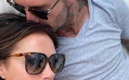 Victoria có lần hiếm hoi đăng ảnh tình tứ cùng ông xã David Beckham lên trang cá nhân, dòng chú thích ảnh gây chú ý vì 'chẳng liên quan'