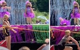 """Bé gái 4 tuổi """"gây sốt"""" MXH với màn trình diễn huyền thoại: Đứng yên một chỗ suốt 6 phút, bất chấp bạn bè nhảy mệt xỉu trên sân khấu"""