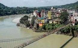 Một phụ nữ Pháp bị bắt giữ vì khỏa thân trên cầu thiêng ở Ấn Độ
