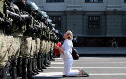 24h qua ảnh: Người phụ nữ quỳ trước hàng rào cảnh sát chống bạo động ở Belarus