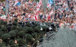 """Biểu tình tiếp diễn, quân đội Belarus phát hiện """"rất nhiều kho bí mật"""" giấu thanh sắt, cọc nhọn"""