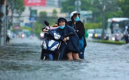 """[Ảnh] """"Rốn ngập"""" Sài Gòn lại chìm trong biển nước: Đường càng sửa dân càng khổ"""