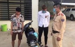 Hai thanh niên đi xe máy, gội đầu cho nhau ở Sơn La bị phạt 1,5 triệu đồng