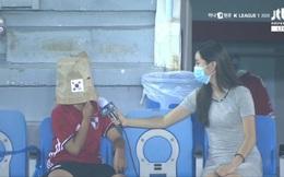 """Hài hước: Được phóng viên nữ xinh đẹp phỏng vấn, cổ động viên Hàn Quốc quên khẩu trang """"nhanh trí"""" lấy túi giấy chụp lên đầu vì xấu hổ"""