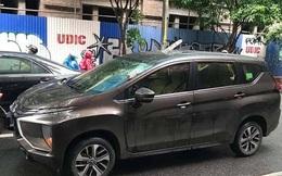 Hà Nội: Thanh sắt từ công trường lao thủng nóc ô tô đang chạy, tài xế mặt cắt không còn giọt máu