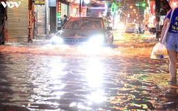 Mưa lớn, nhiều tuyến phố ở Hà Nội ngập sâu, hàng loạt xe chết máy