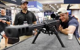 24h qua ảnh: Người đàn ông trải nghiệm súng trường tại triển lãm Mỹ