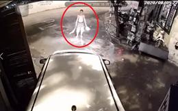 Clip: Tài xế lùi ô tô làm gãy cửa nhà bên đường, hình ảnh ông chú cầm chổi khiến nhiều người lo lắng