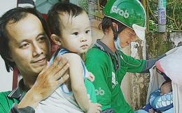 Gặp người cha địu bé trai 9 tháng tuổi chạy xe ôm ở Sài Gòn: 'Mình có lỗi với con, thấy con đi nắng mà xót lắm'