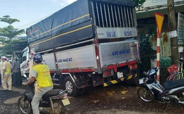 Đứng chờ đèn đỏ, người đàn ông bị xe tải tông tử vong