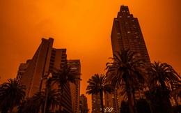Cháy rừng ở Mỹ: Bầu trời chuyển màu đỏ cam, người dân ngủ quên vì trời quá tối