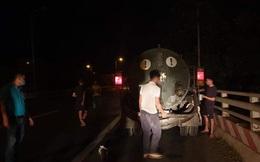 Phát hiện 2 xebồncủa đơn vị môi trường đổ trộm chất thải ra Đại lộ Thăng Long
