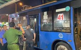 Xe buýt bốc cháy ngùn ngụt, 20 người thoát chết