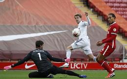 Hậu vệ số một thế giới mắc sai lầm, Liverpool toát mồ hôi rượt đuổi tỉ số với Leeds United