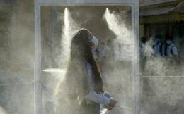 7 ngày qua ảnh: Nữ sinh Campuchia đi qua cửa khử trùng phòng Covid-19