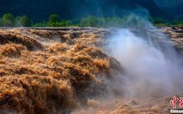 Cảnh tượng hùng vĩ tại thác nước màu vàng lớn nhất thế giới thu hút khách du lịch đổ xô tới xem