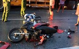 Tránh thương vong, tài xế xe tải đánh lái đâm nát dải phân cách