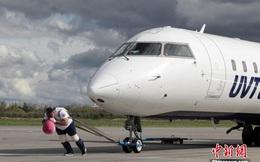 """""""Lực sĩ Hercules"""" người Nga khiến thế giới trầm trồ: Kéo được cả máy bay nặng tới hơn chục tấn"""