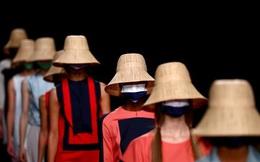"""Những hình ảnh đáng chú ý tại tuần lễ thời trang """"bắt trend"""" mùa dịch ở Tây Ban Nha"""